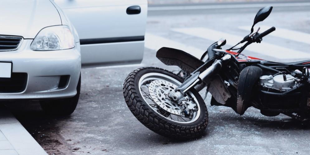 Scontro auto e moto - Immagine di repertorio
