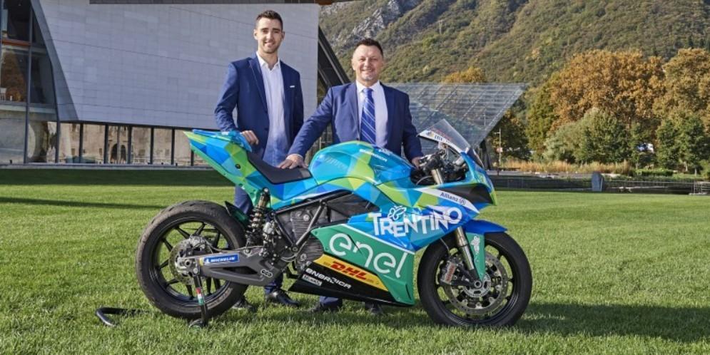 Matteo Ferrari e Fausto Gresini con la moto del Team Trentino Gresini MotoE