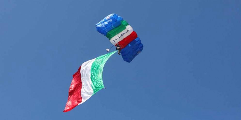 Trieste: anche i paracadutisti hanno salutato la Barcolana 50