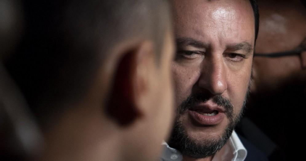 Il vicepremier e ministro dell'Interno Matteo Salvini parla con i giornalisti davanti a palazzo Chigi