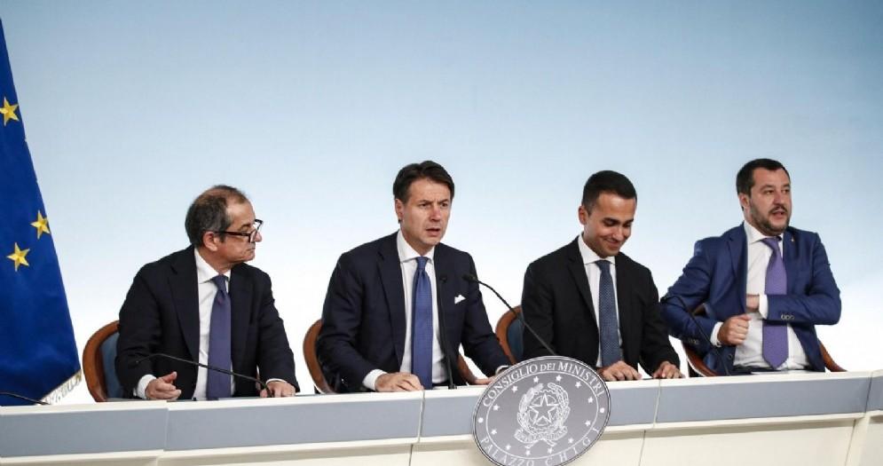 Il ministro dell'Economia Giovanni Tria con il premier Giuseppe Conte e i vicepremier Luigi Di Maio e Matteo Salvini