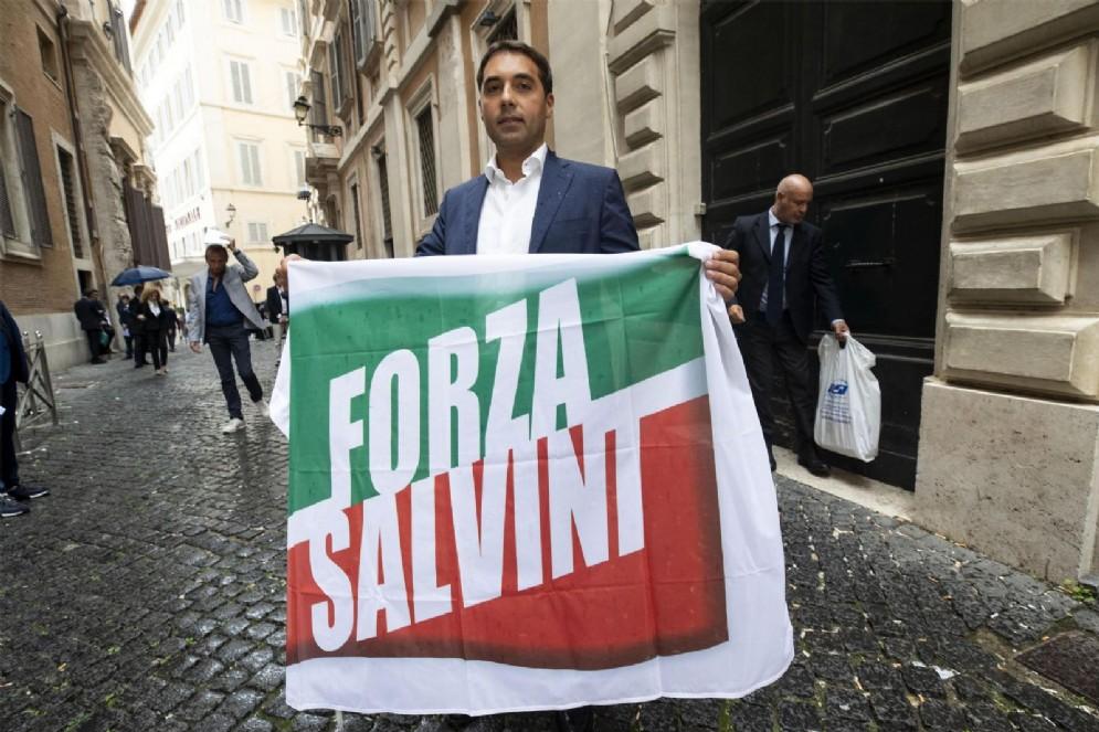 Pietro Spizzirri con la bandiera 'Forza Salvini'