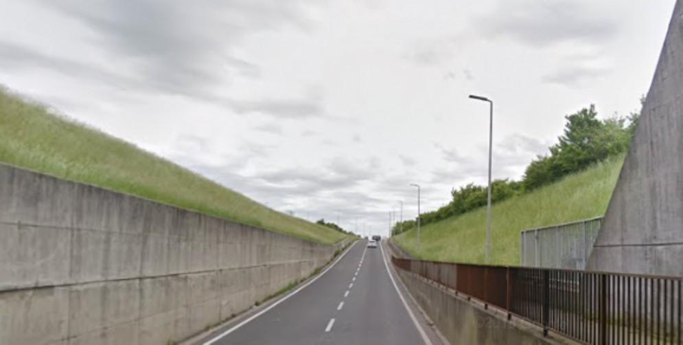 Urtato da un camioncino: i vigili lo multano perché sorpassava a destra