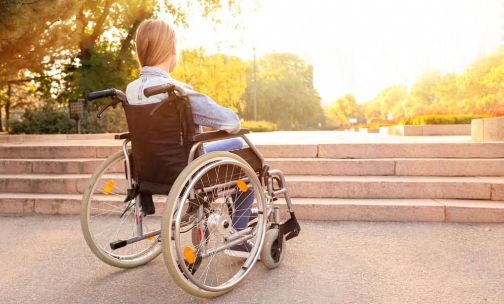 Ragazza su sedia a rotelle - Immagine rappresentativa