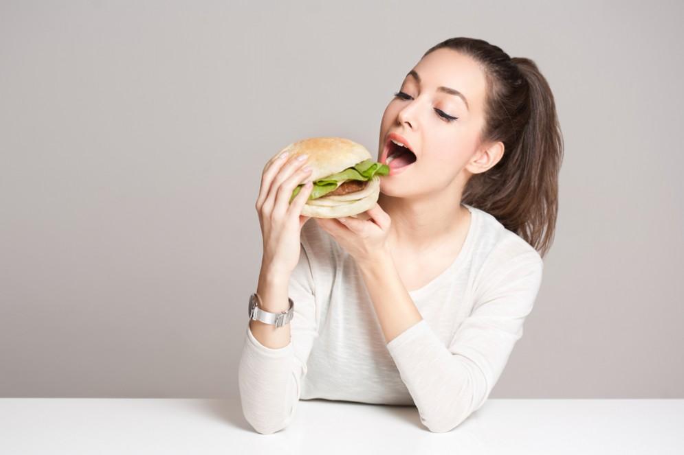 Le donne che mangiano cibo insutriale mettono al mondo figli affetti da obesità e dipendenza