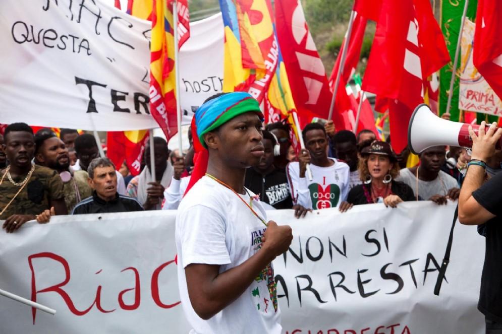 Il corteo in solidarietà con Mimmo Lucano per le strade di Riace