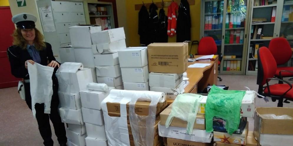 Spaccia 55.000 sacchetti di plastica non biodegradabili al mercato: maxi multa