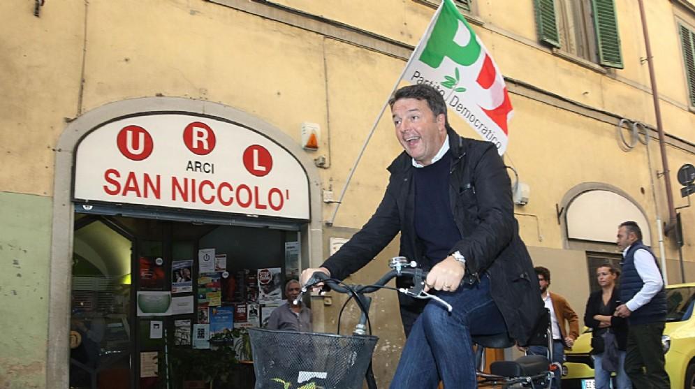Matteo Renzi arriva in bicicletta al seggio elettorale per le primarie dei democratici in Toscana