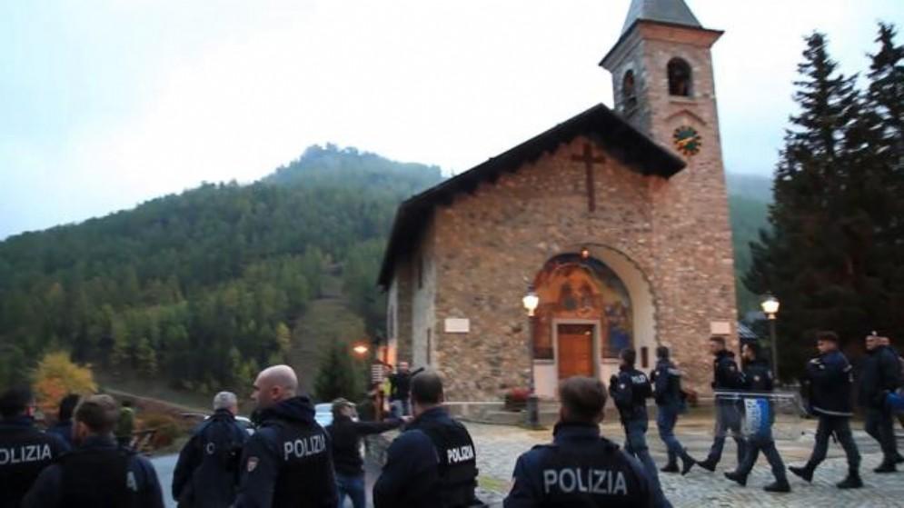 La chiesetta di Claviere che ospita il presidio di migranti Chez Jesus presidiata dalla Polizia