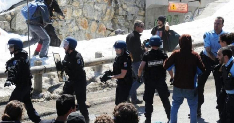 La gendarmeria francese in azione a Claviere