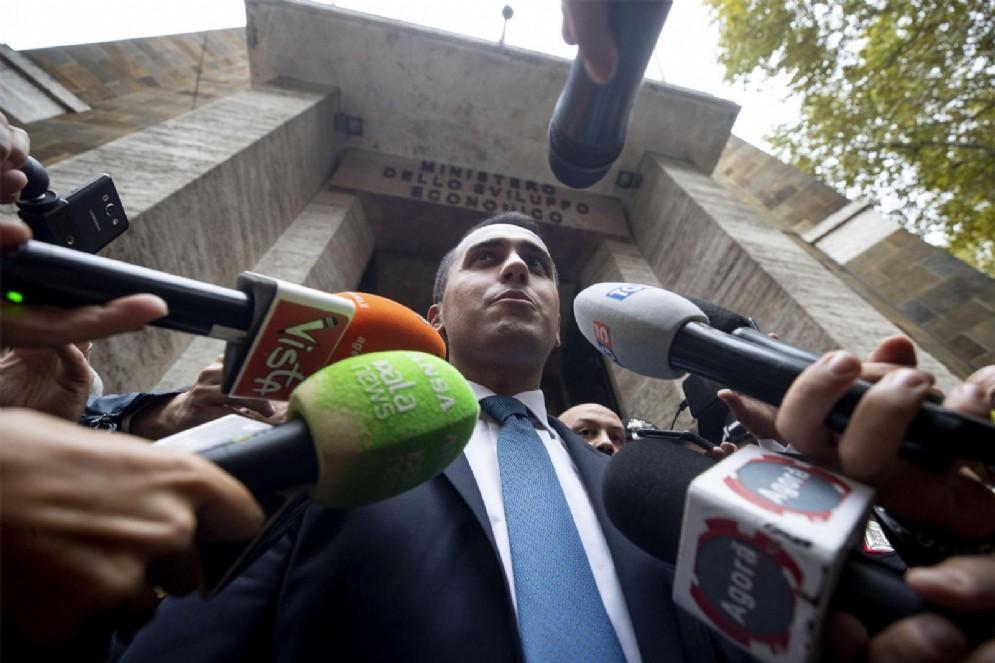 Il ministro dello Sviluppo Economico e del Lavoro Luigi Di Maio esce dal suo ministero per incontrare i giornalisti