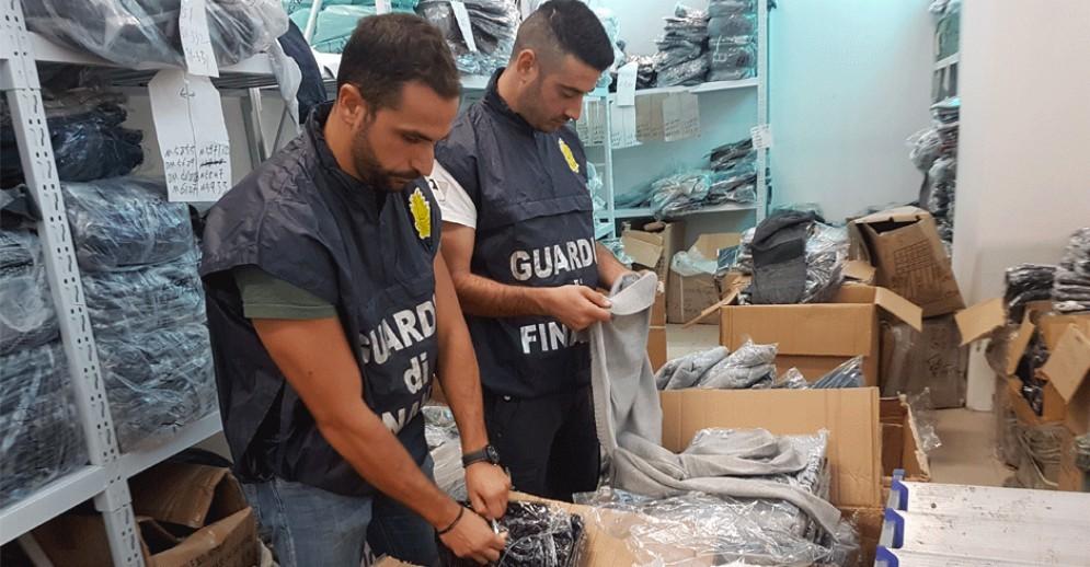 Maglie e vestiti falsi ma spacciati come «made in Italy»: maxi sequestro per 500.000 euro