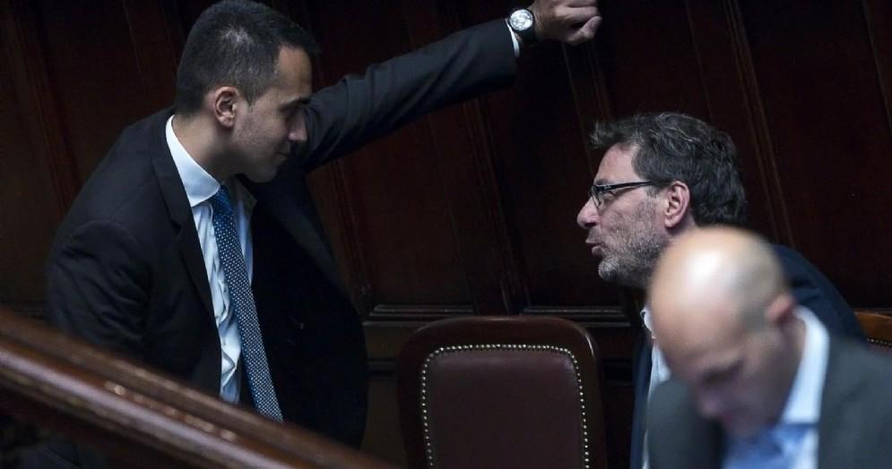 Il vicepremier e ministro del Lavoro e dello Sviluppo Economico Luigi Di Maio con il sottosegretario della Lega Giancarlo Giorgetti