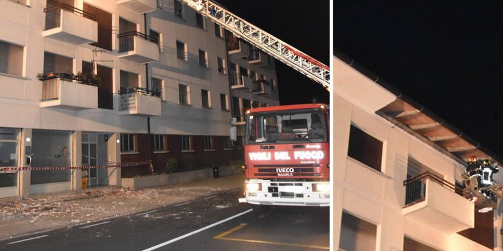 Basaldella, si stacca l'intonaco del cornicione nel cuore della notte: pompieri al lavoro