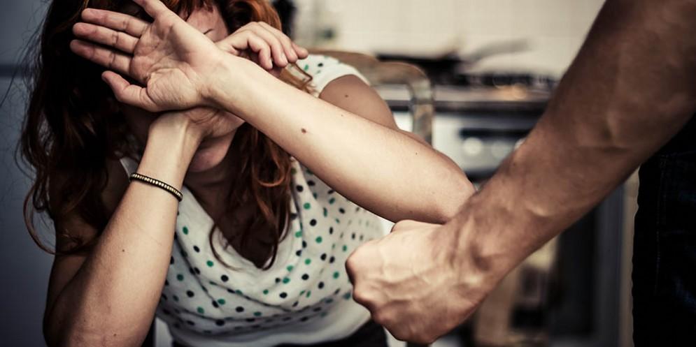 Botte e insulti (reiterati) alla moglie: arrestato un dipendente comunale