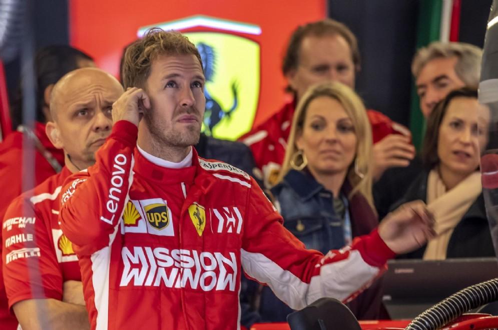 Sebastian Vettel all'interno del box