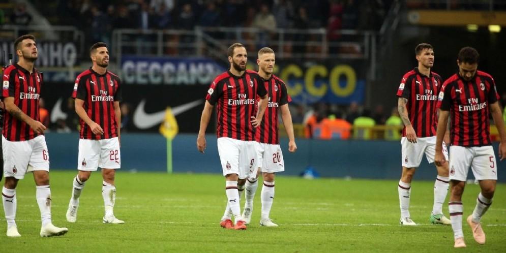 La delusione dei rossoneri dopo la sconfitta nel derby