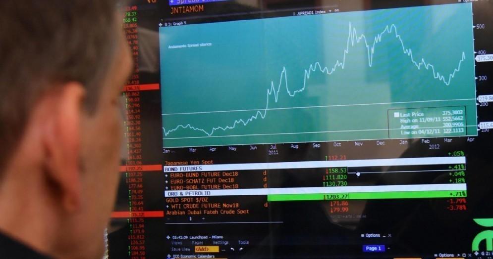 Lo schermo dello spread alla borsa di piazza Affari a Milano