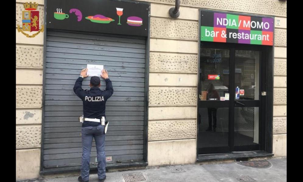 Pusher extracomunitari spacciano nel locale: sospesa la licenza al bar Ndia Momo di corso Vercelli