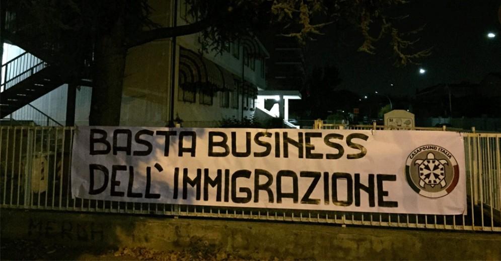 Rifugiati in arrivo nel Torinese, la protesta di CasaPound: «Basta business dell'immigrazione»