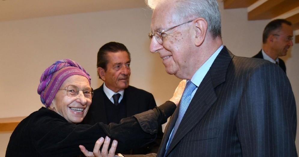 Emma Bonino con l'ex presidente del Consiglio Mario Monti in occasione della conferenza «Europa: miraggio o realtà?» all'Università Bocconi