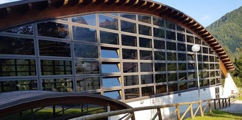 Vento forte in Carnia: scoperchiato il palazzetto dello sport a Forni Avoltri