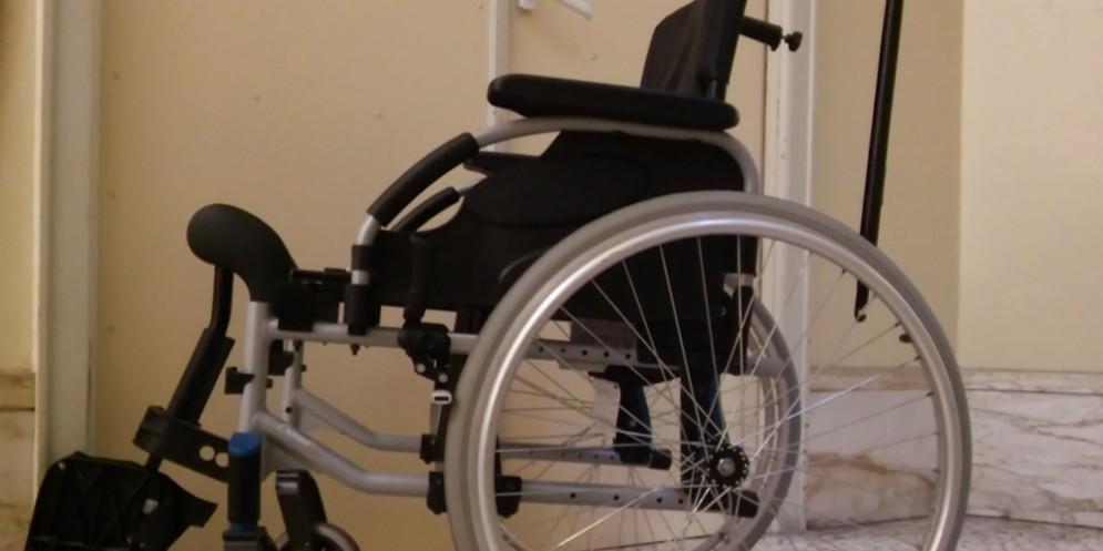 Trovata una sedia a rotelle in città: la polizia cerca il proprietario
