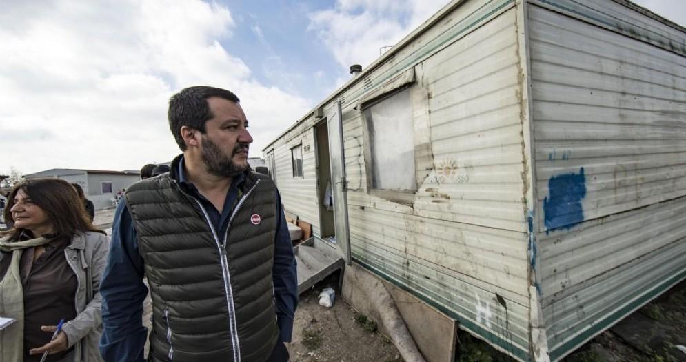 Matteo Salvini in uno dei campi rom di Roma