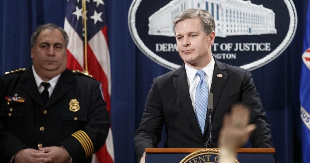 Il direttore dell'Fbi, Christopher Wray, alla conferenza stampa dopo l'arresto di Cesar Sayoc