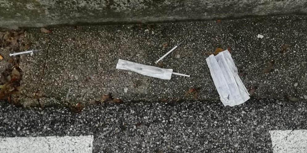 Siringhe usate, gettate in strada: lo sconcerto dei cittadini di San Daniele
