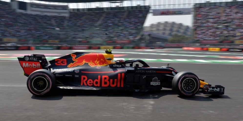 Max Verstappen in azione nell'autodromo di Città del Messico
