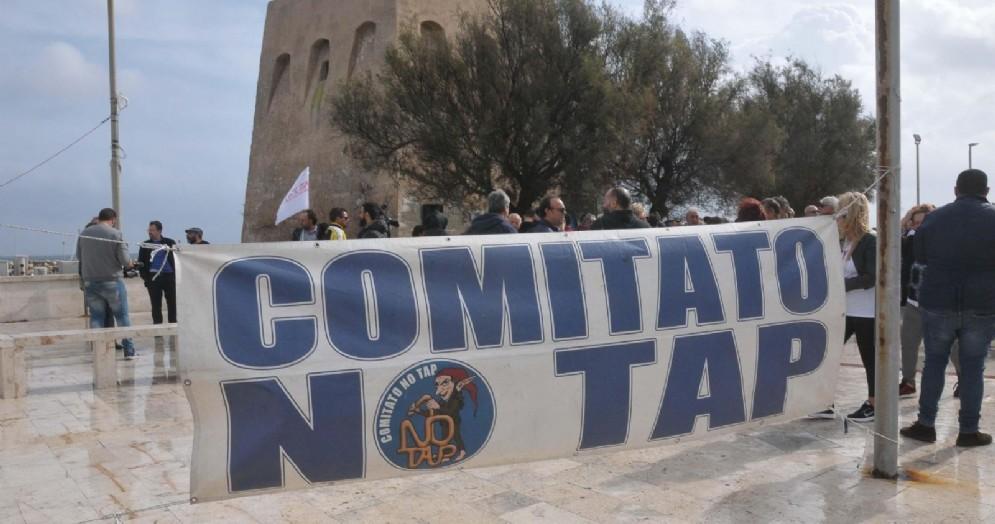 Un momento della protesta dei No Tap sul lungomare di San Foca, Melendugno