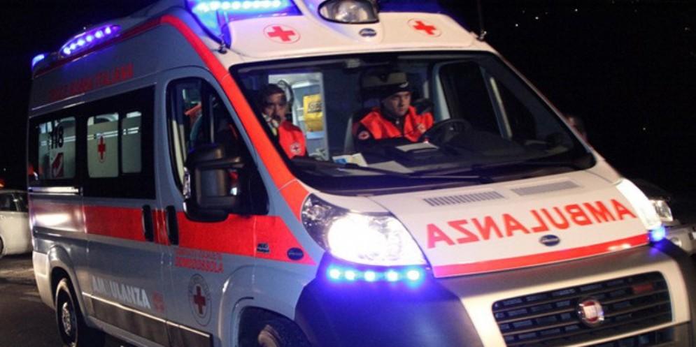 Scontro fra auto in città, una si ribalta: 3 i feriti