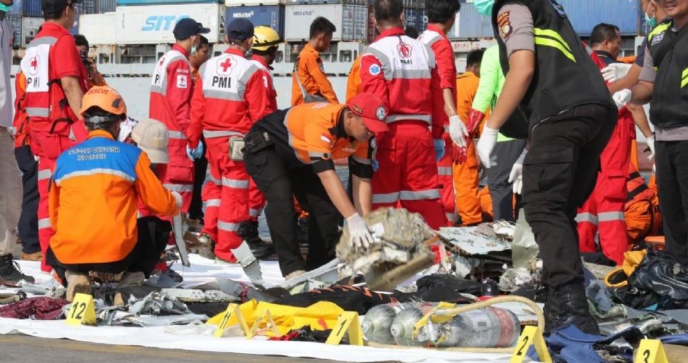 I resti dell'aereo della Lion Air che si è schiantato un Indonesia