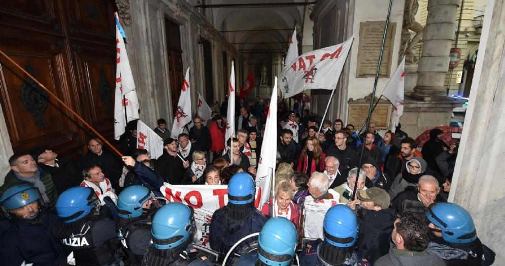 Manifestanti NoTav e SiTav davanti al comune di Torino durante il dibattito in consiglio comunale