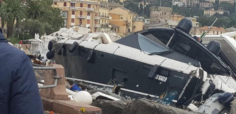 Gli yacht che si sono schiantati contro la costa a causa del cedimento della diga di contenimento al porto privato Carlo Riva di Rapallo