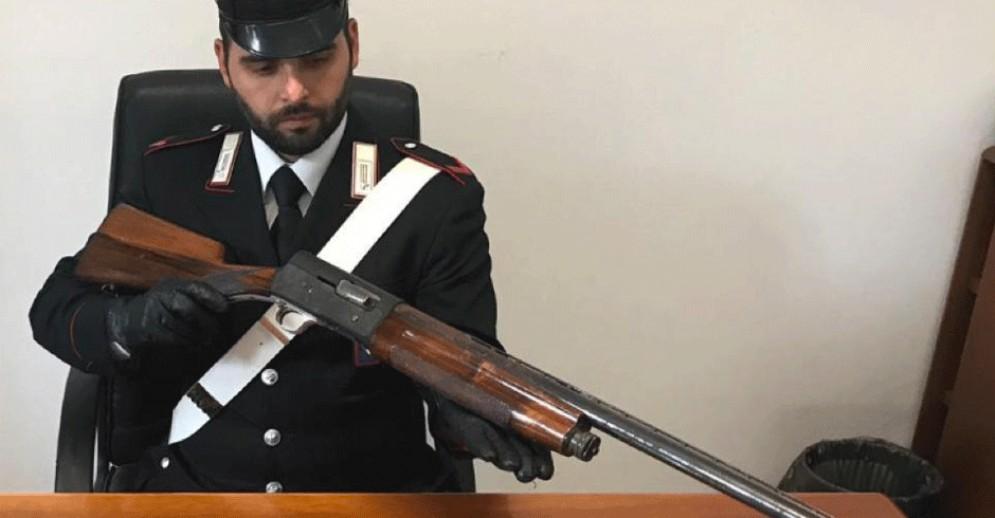 Nasconde un fucile rubato in camera da letto: i carabinieri scoprono due arsenali