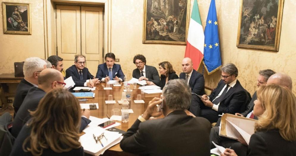 Il presidente del Consiglio, Giuseppe Conte, presiede il vertice economico a Palazzo Chigi