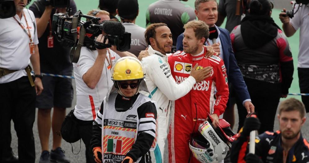 Lewis Hamilton e Sebastian Vettel alla fine del GP del Messico che ha visto il pilota inglese vincere il 5° titolo mondiale