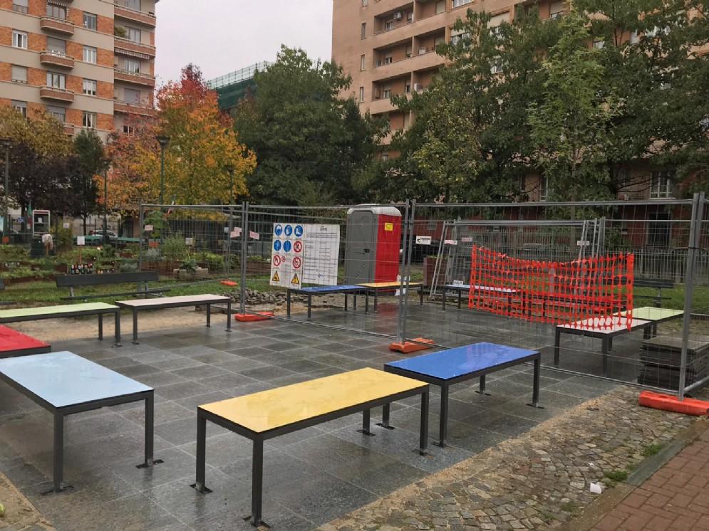 Luci d'Artista, flop in piazza Risorgimento: l'opera non è pronta, le panchine per metà al buio