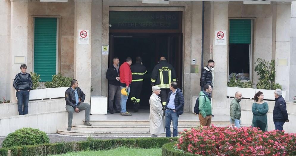 Vigili del fuoco all'esterno dell'ospedale Villa San Pietro