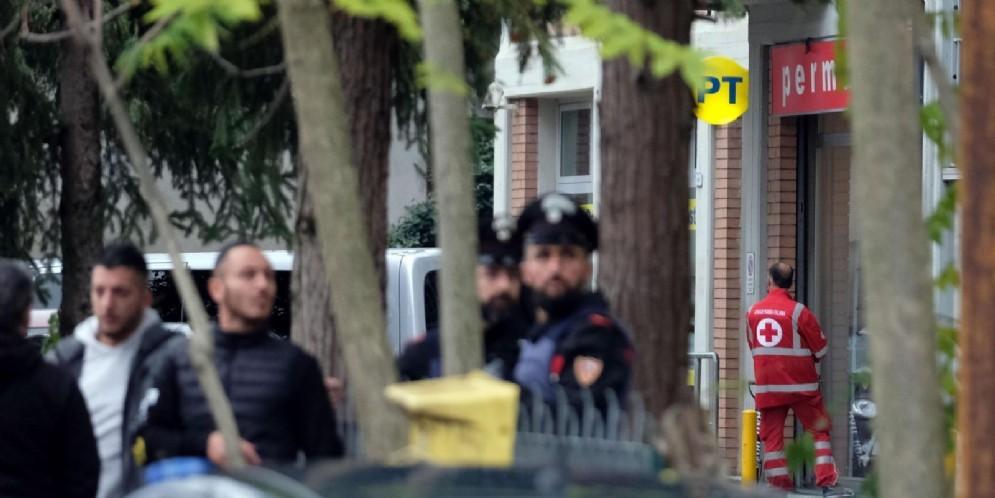 Carabinieri e polizia a Pieve Modolena davanti all'ufficio postale nel quale Francesco Amato era rinchiuso con alcuni ostaggi