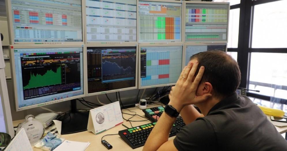 Un operatore di Borsa di una banca davanti ai monitor, Milano, 19 Ottobre 2018