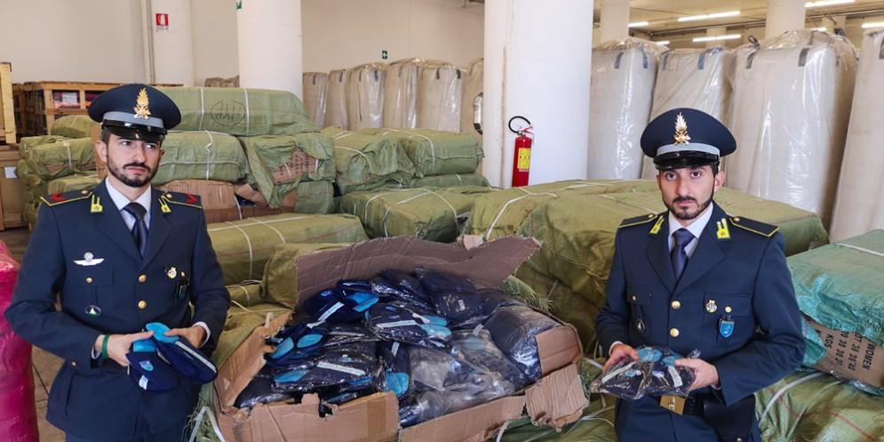 La Guardia di Finanza sequestra 15 mila paia di pantofole griffate 'Napoli'
