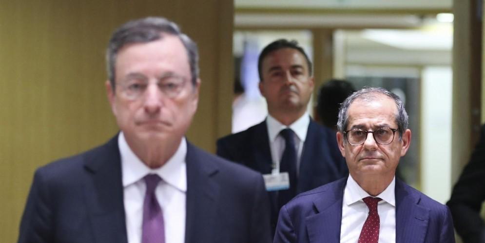 Il ministro dell'Economia Giovanni Tria all'Eurogruppo con il presidente della Bce Mario Draghi