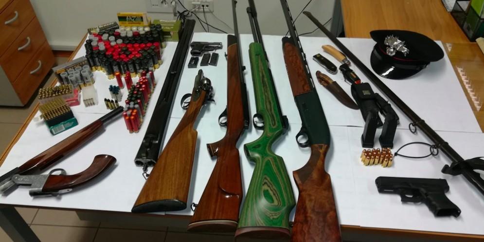 I carabinieri lo trovano con un arsenale in auto: denunciato un 63enne