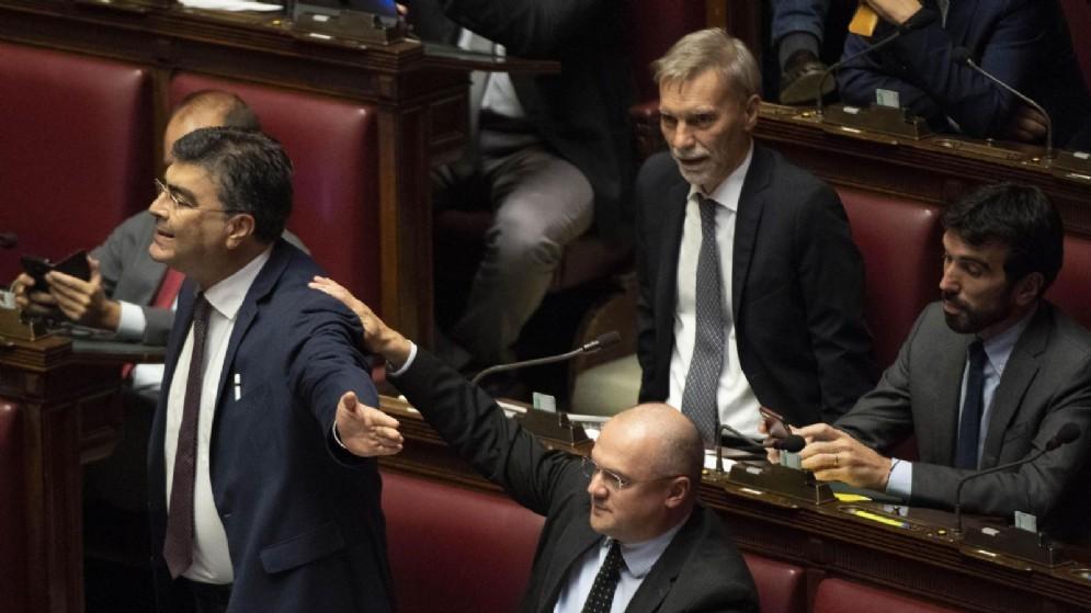 Emanuele Fiano durante una bagarre in Aula