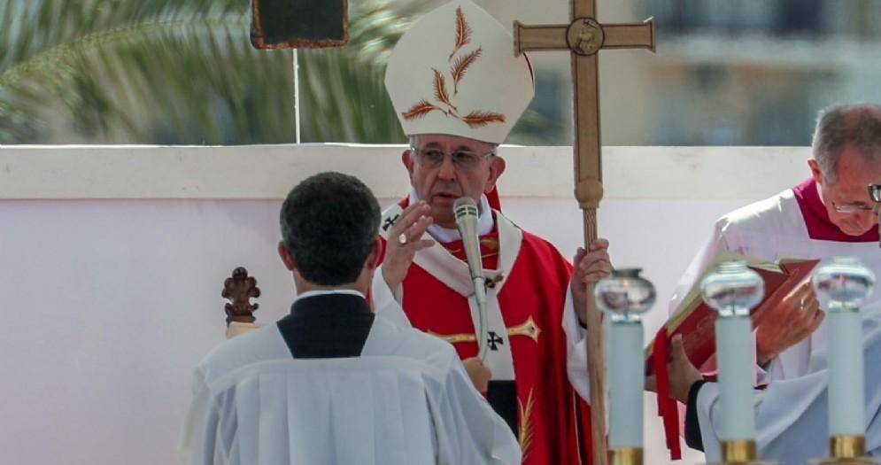 Papa Francesco durante una messa a Palermo