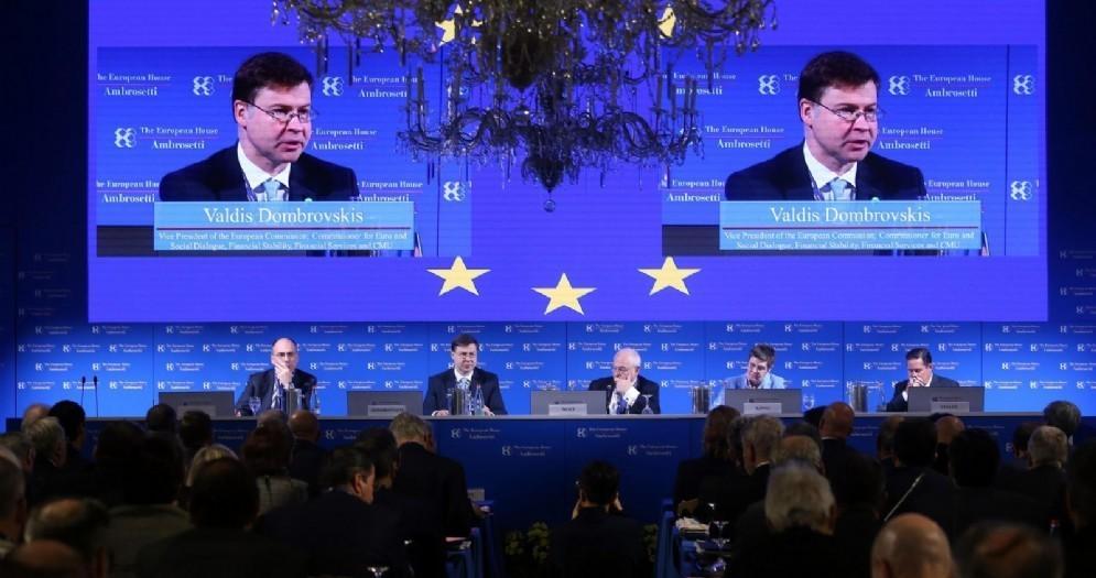 Sullo schermo Valdis Dombrovskis, vicepresidente della Commissione europea Affari Economici