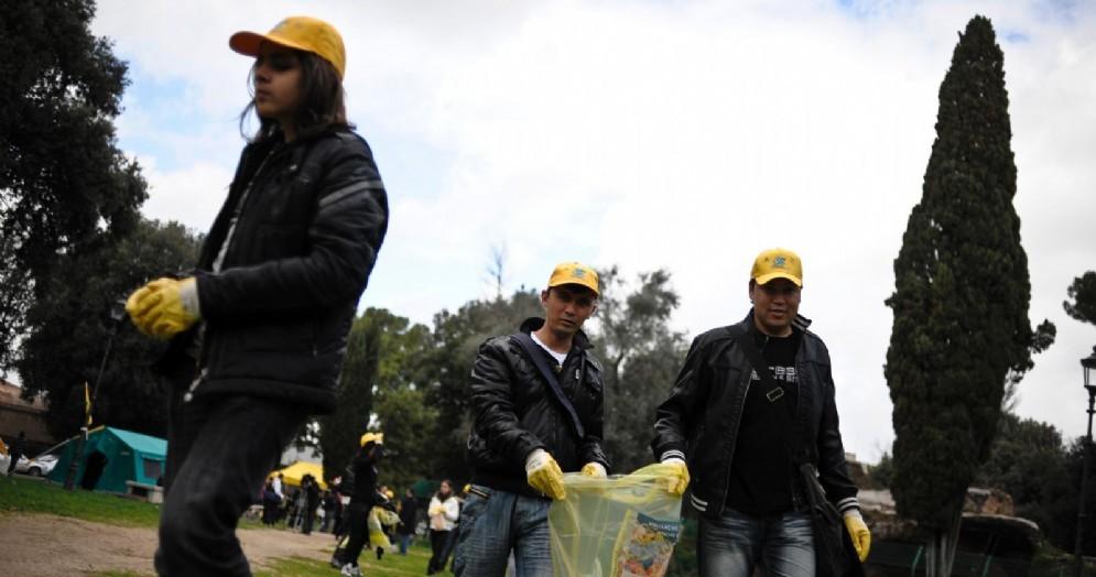 Richiedenti asilo e rifugiati impiegati a ripulire il parco di Colle Oppio